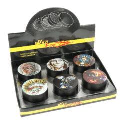 Drtič tabáku kovový WildFire Animals, 50mm-Kovový drtič tabáku WildFire Animals. Čtyřdílná drtička se závitem, sítkem a zásobníkem na tabák je vyrobena CNC technologií. Drtička je v černém polomatném provedení s jemně broušeným povrchem. Magneticky uzavíratelné víčko drtičky je zdobené tištěným motivem. Ostře broušené zuby ve tvarů diamantů velmi jemně nadrtí vaší směs do potřebné hrubosti. Rozměry: průměr 50mm, výška 37mm. Cena je uvedena za 1 ks. Před odesláním objednávky uveďte číslo barevného provedení do poznámky.