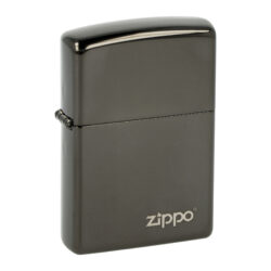 Zapalovač Zippo Ebony Logo, lesklý-Benzínový zapalovač Zippo Ebony Logo 2001727. Kvalitní zapalovač Zippo v lesklém gunmetalovém provedení je na přední straně zdobený logem Zippo. Zapalovač je dodávaný v originální krabičce s logem. Zapalovače Zippo nejsou při dodání naplněné benzínem. Originální příslušenství benzín Zippo, kamínky, knoty a vata do zapalovače Zippo, zajistí správné fungování benzínové zapalovače. Na mechanické závady zapalovače poskytuje Zippo doživotní záruku. Tuto záruku můžete uplatnit přímo u nás. Zapalovače jsou vyrobené v USA, Original Zippo® Bradford.