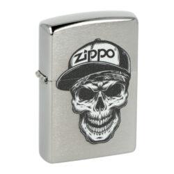 Zapalovač Zippo Skull in Cap, broušený-Benzínový zapalovač Zippo Skull in Cap 60004412. Kvalitní zapalovač Zippo v broušeném chromovém provedení je na přední straně zdobený černobílým motivem lebky s logem Zippo. Zapalovač je dodávaný v originální krabičce s logem. Zapalovače Zippo nejsou při dodání naplněné benzínem. Originální příslušenství benzín Zippo, kamínky, knoty a vata do zapalovače Zippo, zajistí správné fungování benzínové zapalovače. Na mechanické závady zapalovače poskytuje Zippo doživotní záruku. Tuto záruku můžete uplatnit přímo u nás. Zapalovače jsou vyrobené v USA, Original Zippo® Bradford.